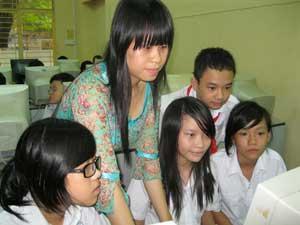 Cô Ngô Thúy Bảo Trân đang hướng dẫn học sinh làm website tại phòng tin học